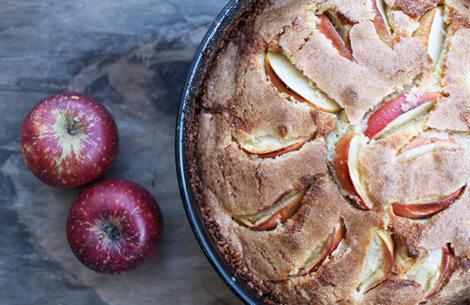 Æblekage med kardemomme
