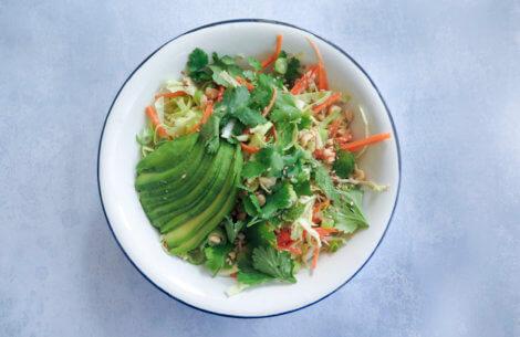 Asiatisk salat med kokos-peanutdressing