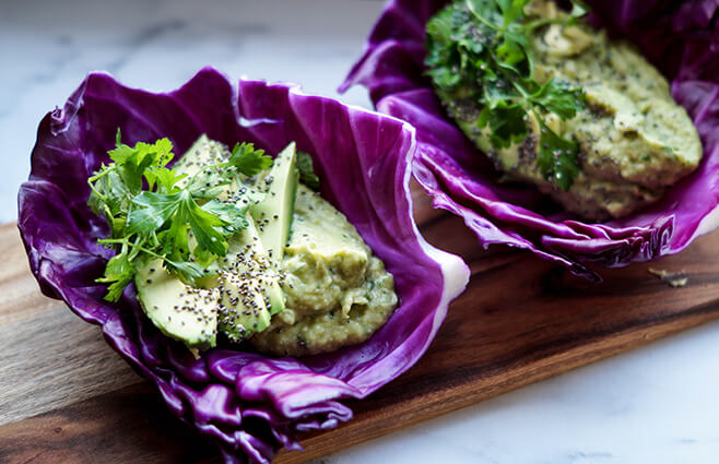 Avocado-bønne mos i spidskålswrap