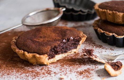 Et must for chokolade-elskerne: mørk & cremet chokotærte