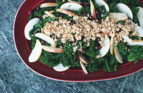 Lækker & let salat med lynstegt grønkål