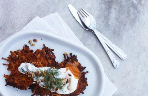 Sød kartoffel - latkes med æg & feta