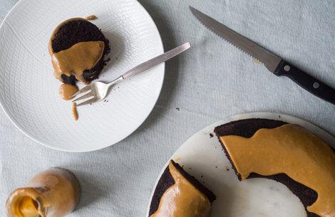 Mørk som natten: Chokoladekage med rom & kaffeglasur