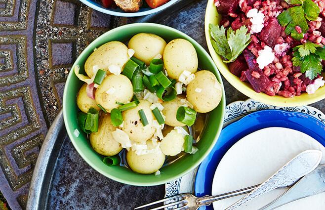 Marineret kartoffelsalat med sprødstegte kapers & forårsløg