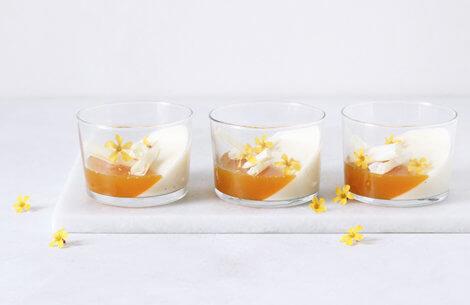 Kærnemælks-panna cotta med passionsfrugt & hvid chokolade