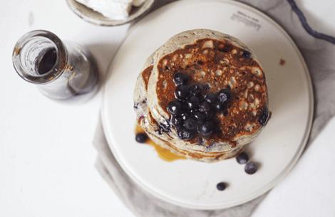 Ricotta-pandekager med blåbær & ahornsirup