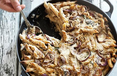 Cremet bagt pasta med svampe og spinat