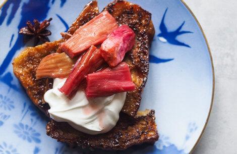 Fredagslækkert: French toast med anis-bagte rabarber