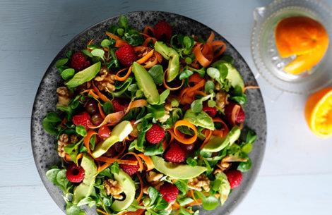 Farverig salat med frugt