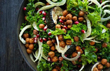Grov salat med krydrede sprøde kikærter