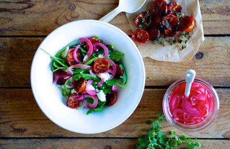 Sommerlig salat med bagte tomater & rødløg