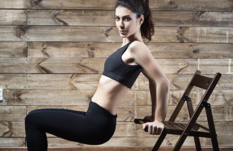 6 nemme øvelser der kun kræver en stol