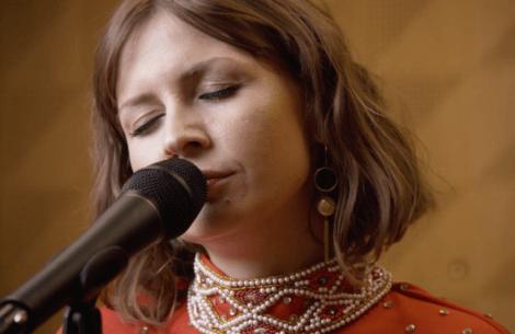 Se liveudgaven af skønne Stine Bramsens nye single