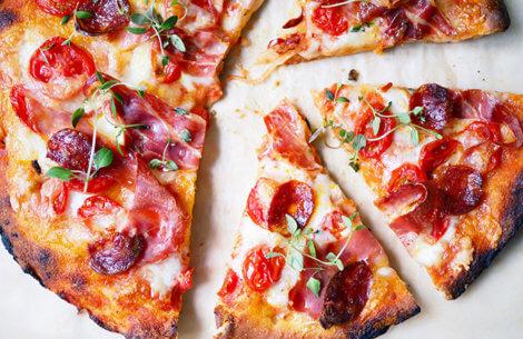 Chorizo-tomat pizza