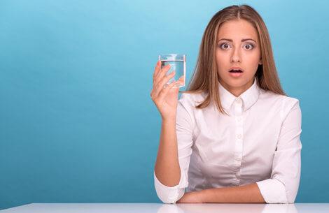 7 fordele ved at drikke et glas vand om morgenen som det første