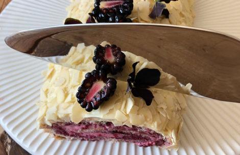 rouladekage med friske brombær og hvid chokolade